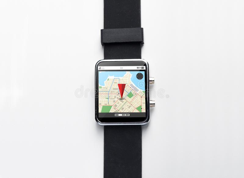 Chiuda Su Dell'orologio Astuto Con La Mappa Del Navigatore Dei Gps