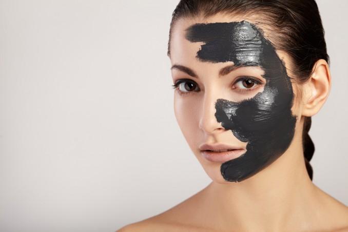 Maschera viso nera: come usarla e funziona davvero? | DonnaD